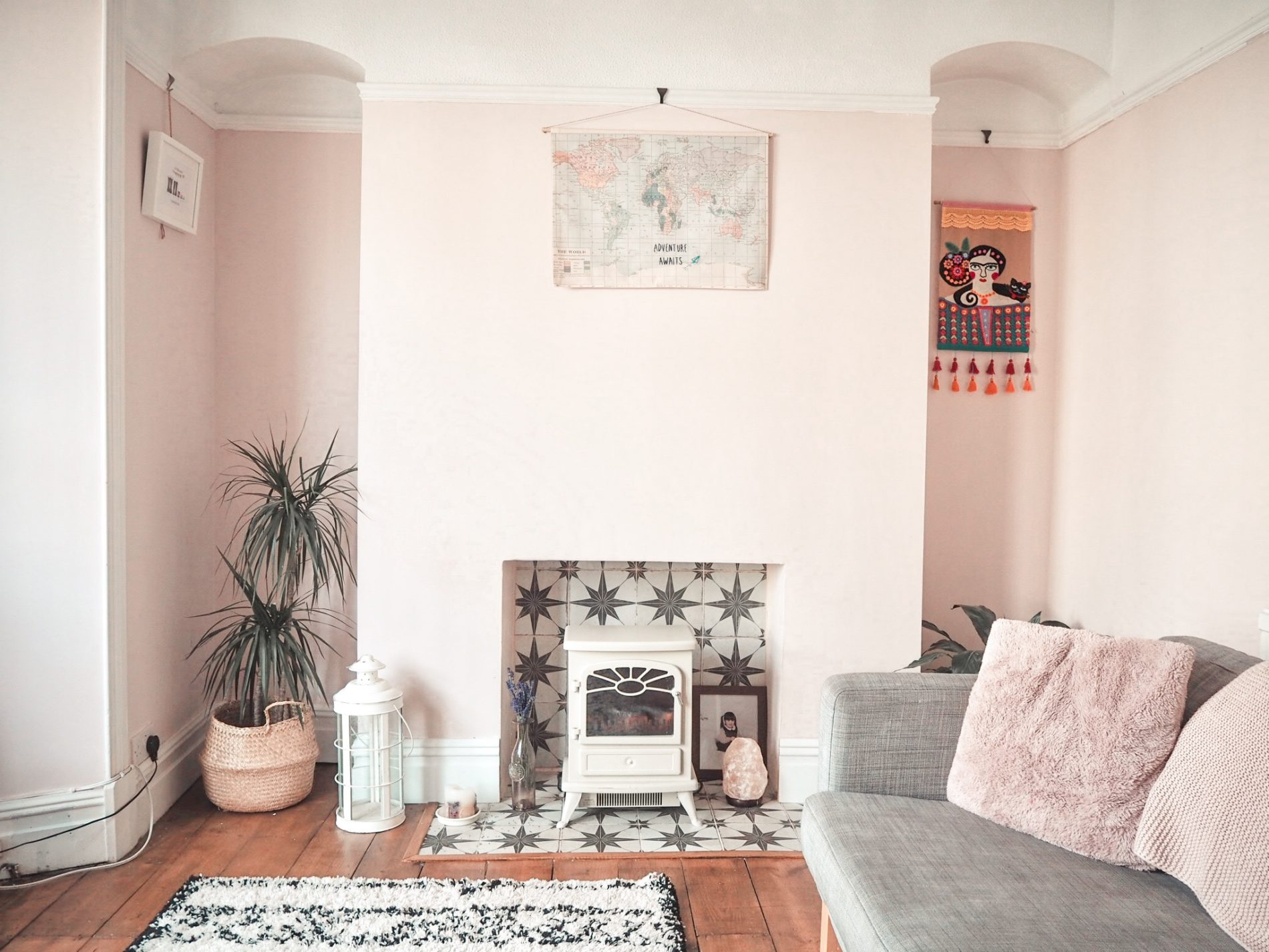 A pink living room makeover with dreamy star tiles